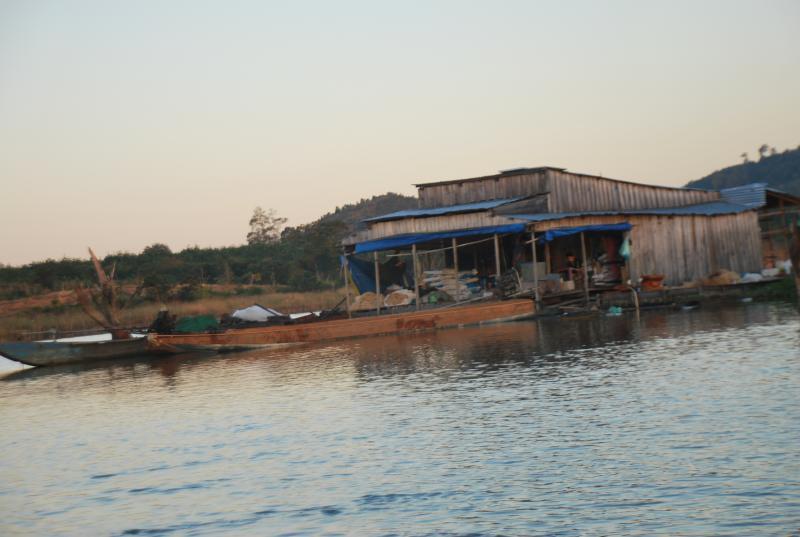Những ngôi nhà tạm lênh đênh trên sông của ngư dân làng chài.
