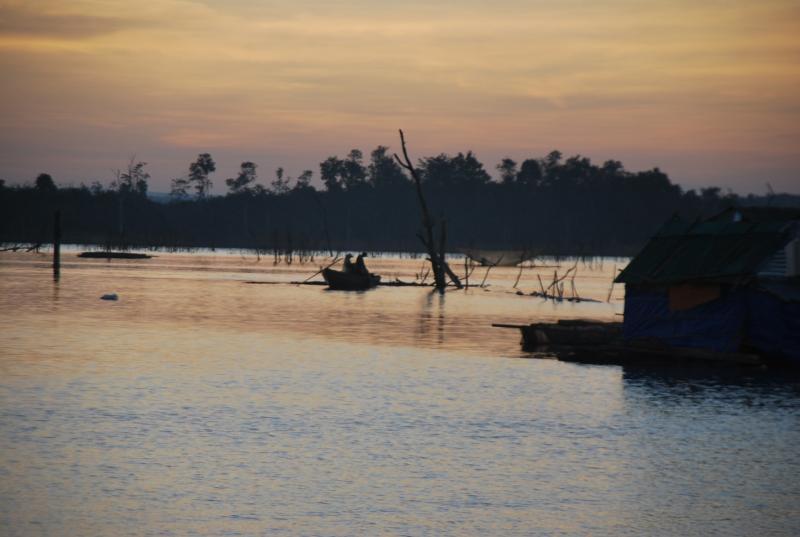 Buổi chiều muộn, một vài cư dân làng chài vẫn miệt mài đánh bắt cá trên sông.