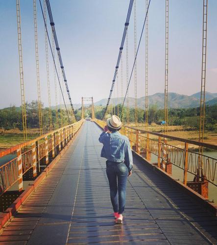 Cây cầu treo vắt mình qua sông Đắk Bla. (Nguồn: hikaru229)