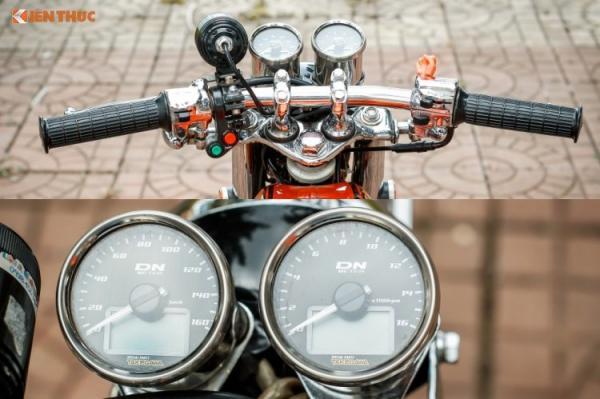 Dàn ngoài chiếc xe côn tay Honda 67 này cũng đã được chủ xe đầu tư độ lại nhiều chi tiết khác. Toàn bộ chảng 3 cùng tay lái và cùm công tắc nguyên bản của 67 đã được tháo ra và mạ chrome sáng bóng. Phía trên tay lái cụm đồng hồ tốc độ & đo tua máy thương hiệu takegawa, đèn LED gương cầu và cụm công tắc độ.