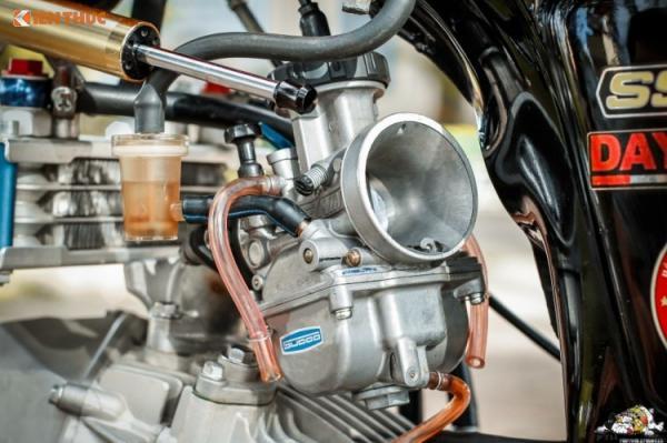 Chưa dừng lại ở đó, lần xuất hiện này sức mạnh của bản độ được bổ sung đáng kể, với bộ chế hòa khí mới Pwk 33 sudo, được giới độ xe gọi là nắp chao.Chắc chắn với sự bổ sung này công suất xe sẽ tăng lên đáng kể. Khối động cơ này ước tính có thể đạt công suất tối đa lên tới khoảng 24 mã lực - tương đương một số dòng môtô PKL 250 cc.