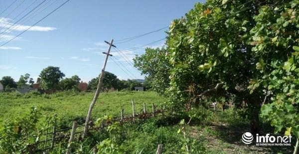 Cọc điện tạm bợ bị nghiêng tại xã Ia Der