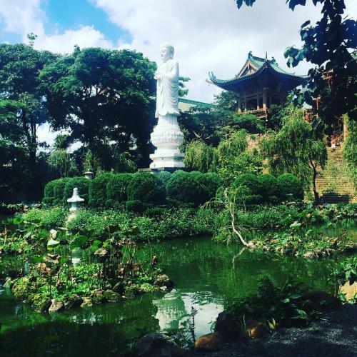 Tượng Phật Di Đà bằng đá trắng với chiều cao lên đến 7,5m và nặng 40 tấn. (Nguồn: @nellyle210)