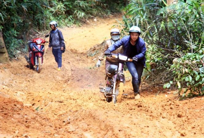 Điểm trường Pyầu cách trung tâm xã chỉ 16km nhưng phải mất 2 giờ đồng hồ vượt núi mới đến.