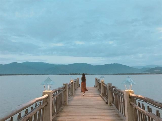 Lak Tented Camp cũng là một địa điểm check-in tuyệt đẹp khiến dân phượt kích thích khi tìm hiểu về vùng đất đại ngàn Tây Nguyên. Với mặt hồ phẳng lặng, hùng vỹ giữa cánh rừng sâu và đó là cả một thiên đường tuyệt đẹp mang đến cho bạn những chuyến đi nghỉ dưỡng bình yên và thú vị. Chính bởi những nét đẹp của mình, địa điểm du lịch này được ví đẹp chẳng khác gì thiên đường Bali của Việt Nam.