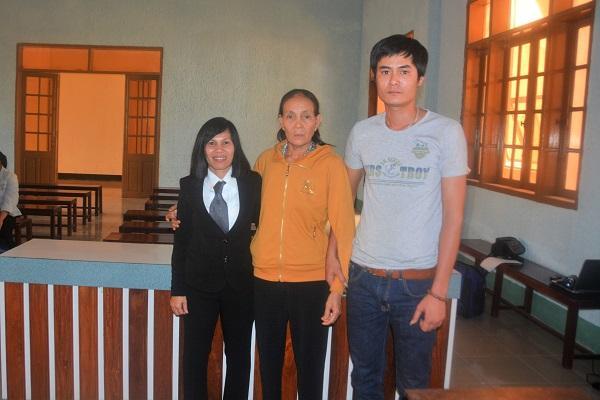 Bà Nguyễn Thị Thanh, anh Nguyễn Tú Yên (mẹ và anh trai nạn nhân) cùng Luật sư Võ Thị Tiết cho biết, rất tâm phục với bản án mà HĐXX TAND tỉnh Gia Lai đã tuyên, vì đã xác định đúng tội danh mà ngay từ đầu họ đã nhận định