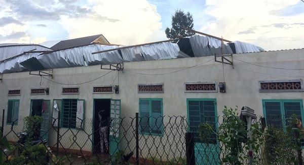 Lốc xoáy làm hàng chục nhà dân ở Gia Lai, Lâm Đồng bị tốc mái hư hỏng