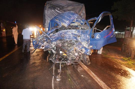 Chiếc xe tải nát phần đầu sau khi tông trực diện