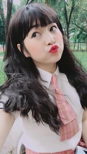 Không chỉ vậy, cũng theo nhiều người nhận xét, Khánh Vân thu hút được nhiều sự chú ý cũng bởi vì khuôn mặt ai cũng phải phì cười với những đường nét hết sức dễ thương và có phần khá hài hước của 9X Gia Lai này.