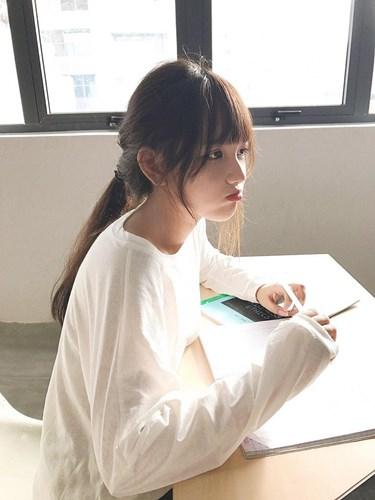 Theo tìm hiểu của dân mạng cô gái xinh đẹp trong bức ảnh được quan tâm đó là hot girl Gia Lai - Trương Minh Trân (19 tuổi, quê Gia Lai), sinh viên năm thứ hai khoa Quản trị Kinh doanh, Đại học Quốc tế Hồng Bàng.