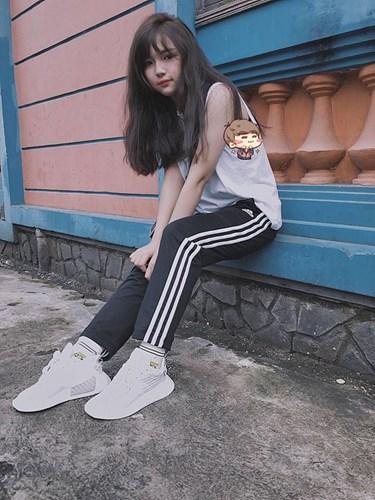 Minh Trân tiết lộ cô thích ca hát, có chút năng khiếu về thời trang và đặc biệt yêu thích giày. Cô bạn 9X Gia Lai này sở hữu khoảng 10 đôi giày thể thao khá chất. Cô nàng tiết lộ số tiền mua giày do mình đi làm thêm kiếm được.