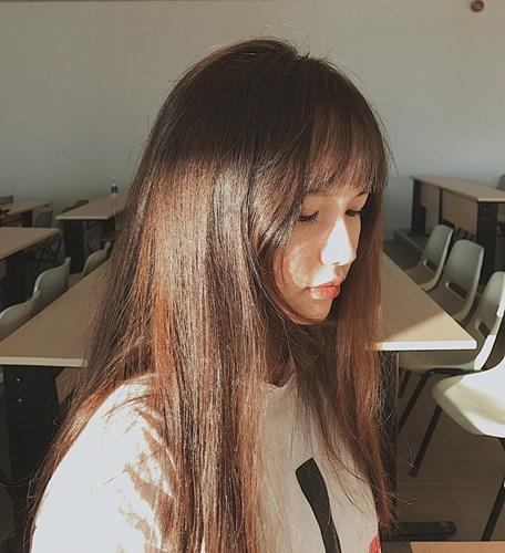 Mới đây trên mạng xã hội, bức ảnh về nữ sinh ngồi giữa phòng học với dòng chia sẻ