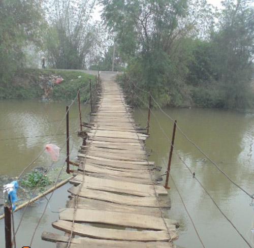 Cho đến nay, cây cầu ma ám đã hơn 50 tuổi nhưng vẫn chỉ được làm tạm bợ, lát bằng gỗ và không có lan can, rất nguy hiểm.