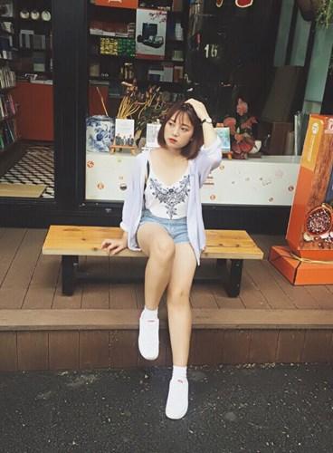 Trên trang cá nhân của mình, Khánh Linh được chú ý nhờ khuôn mặt xinh xắn, guu thời trang năng động và những clip hát nhép cực ấn tượng.