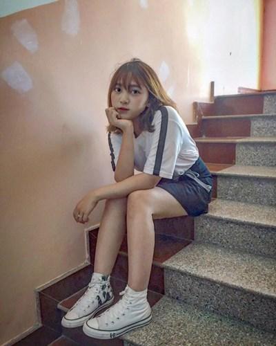 Huỳnh Khánh Linh là cô gái được nhiều người chú ý nhờ nhan sắc xinh đẹp bởi những hoạt động nghệ thuật và kinh doanh online của mình tại khu vực Sài Gòn. Cô bạn được dân mạng gọi với cái biệt danh lớp phó nhà người ta gây ấn tượng với người đối diện ngay từ những giây phút đầu tiên.