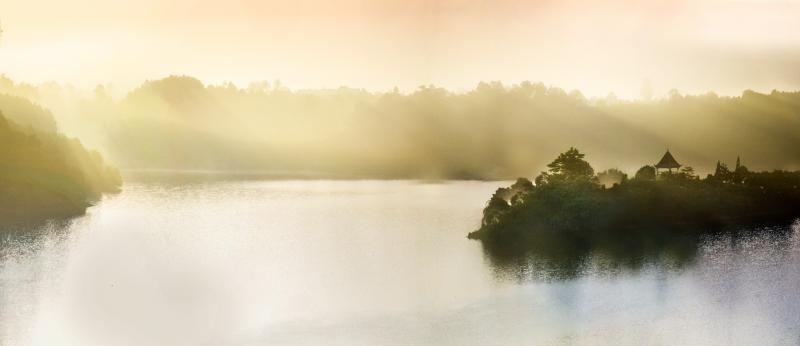 Phong cảnh non nước hữu tình kết hợp với nắng & mây tạo nên không gian mờ ảo vô cùng thần bí