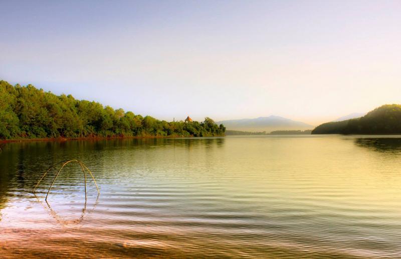 Khoác chiếc áo lung linh huyền ảo dưới ánh mặt trời, Hồ Tơ Nưng ghi đậm dấu ấn trong lòng du khách nhờ vẻ đẹp hoang sơ, quyến rũ.