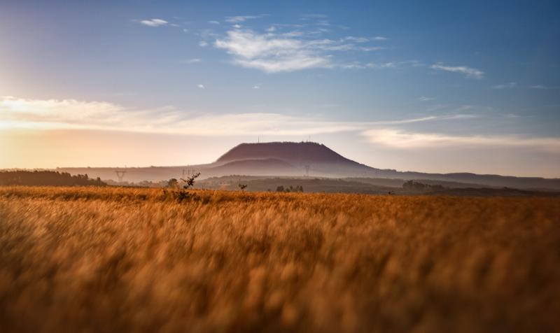 Núi Hàm Rồng (Gia Lai) trong một ngày nắng đẹp. Nơi đây được xem như là nóc nhà của Pleiku