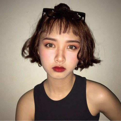 Sở hữu khuôn mặt trái xoan, làn da trắng, sống mũi cao cùng khuôn miệng nhỏ, Yến Nhi được nhiều người nhận xét giống nữ diễn viên Angela Phương Trinh. Tuy nhiên, nữ sinh 10X Gia Lai này luôn muốn rằng mình là chính mình và chẳng muốn được ví von, so sánh với bất cứ ai.