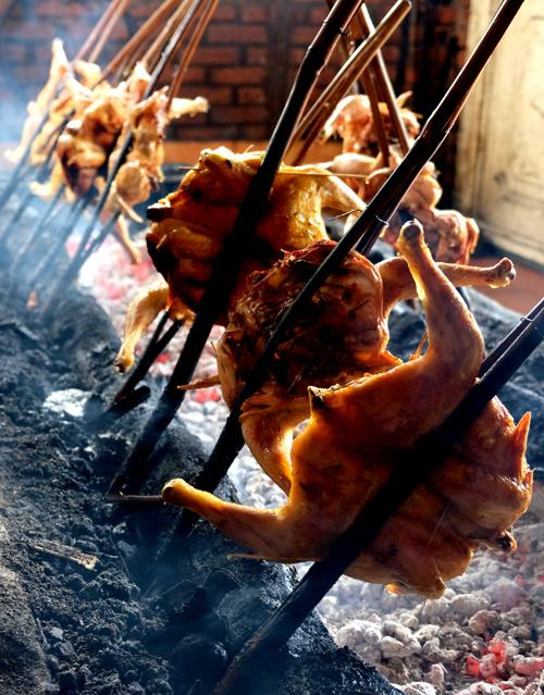 Điều khiến thực khách phải lưu tâm chính là cách nướng. Gà không nướng trên vỉ là được kẹp vào thân tre, một cây tre là mỗi con gà. Cây tre sau đó được cắm xuống đống than hồng. Mỗi lượt nướng có hàng chục con gà.
