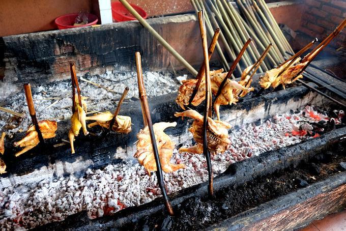 Gia vị ướp gà là bí quyết để món gà nướng của Gia Lai trở nên quyến rũ. Công thức không được tiết lộ, thế nhưng chỉ cần ngửi mùi khói nướng, người sành ăn đã có thể cảm nhận được hương mật ong, hương tỏi, sả, ngũ vị hương hòa quyện.