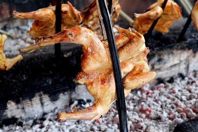 Than là loại than làm từ củi nên có mùi khói thơm khi nướng, chính mùi khói này tạo nên hương đặc trưng cho món gà nướng Gia Lai.
