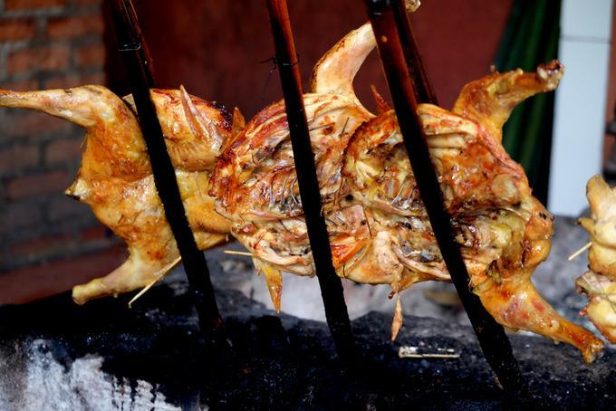 Khoảng cách giữa con gà với mặt thang khoảng 50cm, than phải cháy đượm để hơi nóng có thể làm gà chín nhưng không khô. Nhiệm vụ của đầu bếp là khơi than và xoay cây tre để gà chín đều.