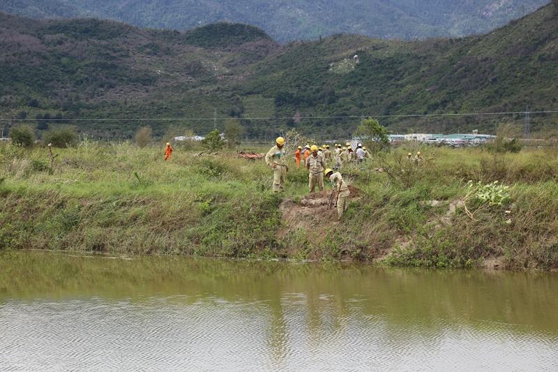 Một số nơi công nhân phải kéo dây điện giữa hồ nước hay cánh đồng còn no nước...
