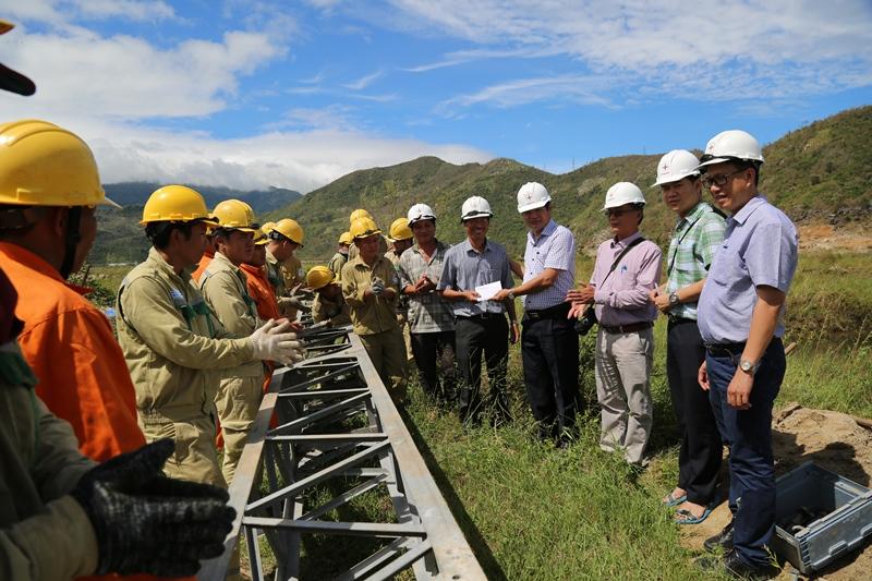 Lãnh đạo Tổng Công ty Điện lực Miền Trung đã có mặt tại hiện trường để thăm hỏi, động viên các công nhân đang ngày đêm vượt thời gian khôi phục lưới điện sau bão cho người dân các tỉnh Nam Trung Bộ.