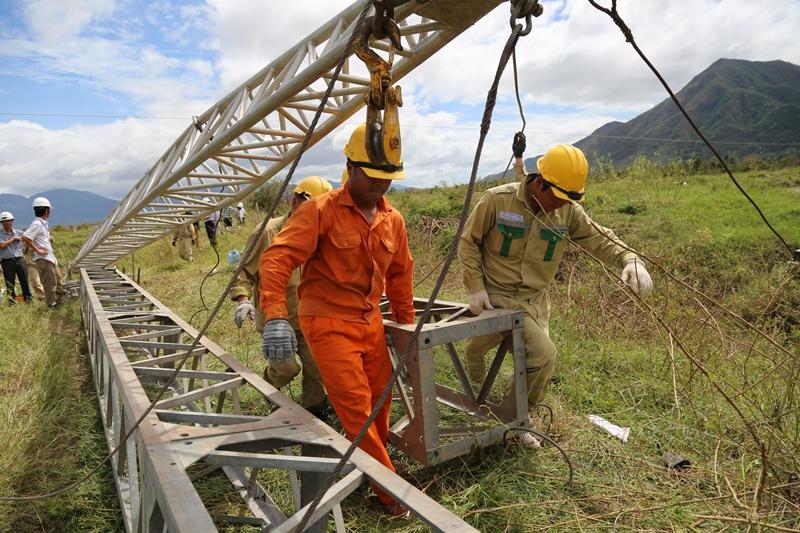 Ngoài ra, EVNCPC đã huy động thêm 4 đơn vị thi công bên ngoài trên địa bàn với khoảng 60 người và nhiều lao động phổ thông khác nhằm đẩy nhanh tiến độ khôi phục cấp điện, phục vụ nhân dân khắc phục hậu quả do bão gây ra và ổn định đời sống.