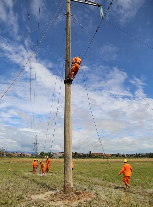 Họ làm việc không ngừng nghỉ với mong ước nhanh chóng cấp điện trở lại cho người dân vùng tâm bão...