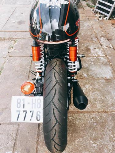 Phía dưới, bánh trước sau kích thước 120/80-14 thương hiệu Dunlop, sử dụng mâm đúc dạng bánh căm tăng nét cổ điển cho xe.