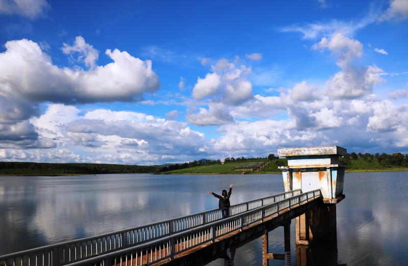Mây trời, đồi núi và mặt hồ nối liền với nhau bằng một màu xanh bất tận. Ảnh: Mai Ka