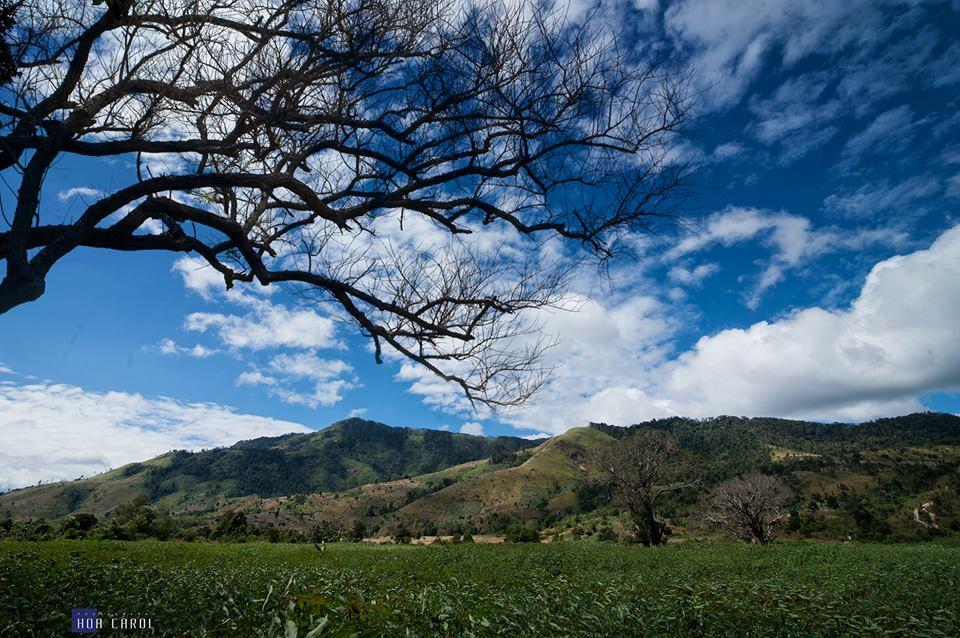 Khung cảnh bầu trời xanh thanh bình bao quanh ngọn núi lửa.