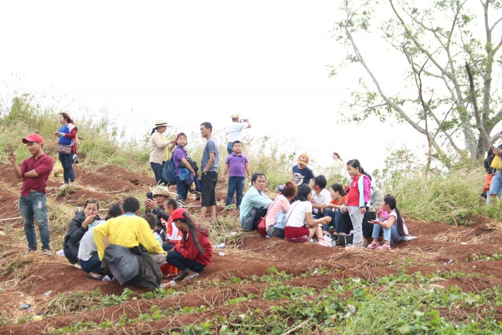 Du khách mang đồ ăn lên đỉnh núi Chư Đăng Ya để ăn uống khiến mỹ quan của lễ hội bị ảnh hưởng nặng nề.