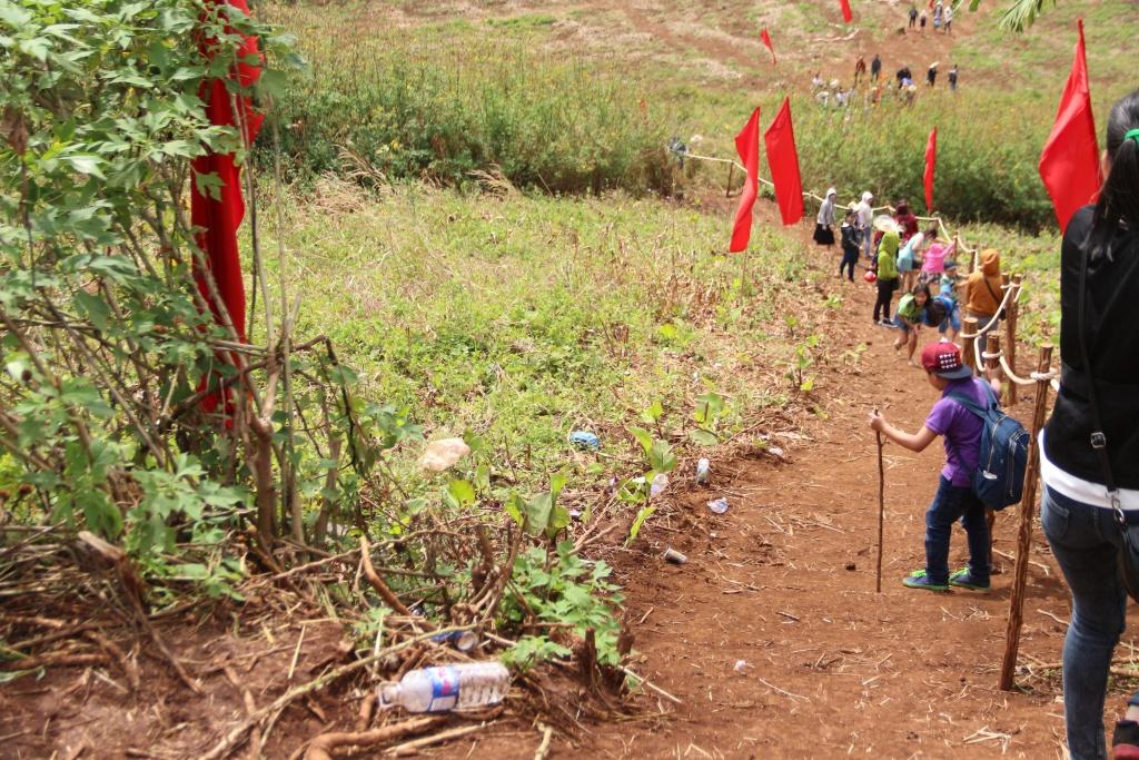 Mới là ngày thứ 2 của lễ hội nhưng rác thải xuất hiện khắp mọi nơi.