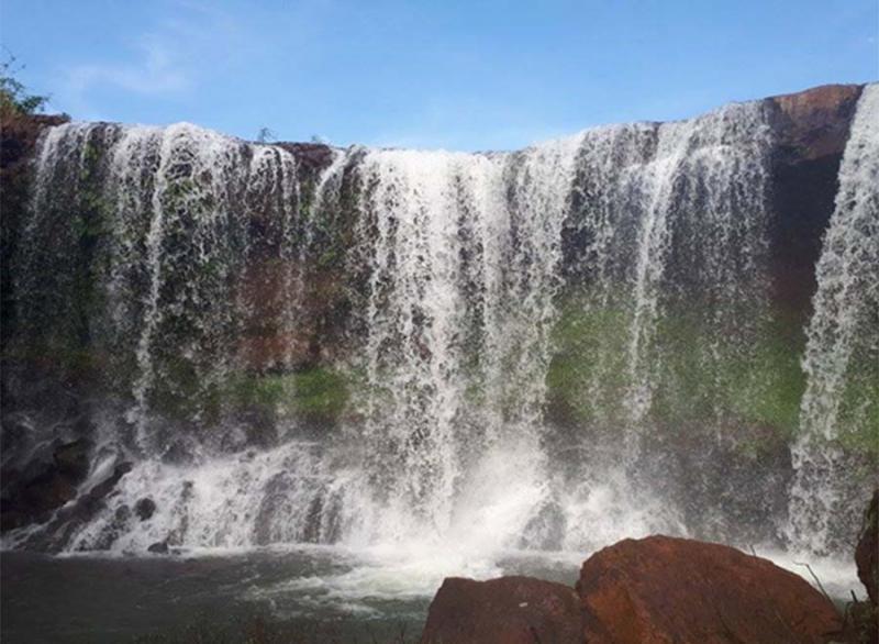Vào gần chân thác, du khách sẽ cảm nhận được từng bọt nước trắng xóa cùng với hơi nước mát lạnh.Bên trong dòng thác còn có cả một hõm sâu đủ để những ai mê cảm giác mạnh muốn khám phá trong lòng thác.