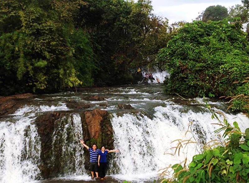 Du khách đang ghi lại khoảnh khắc đáng nhớ dưới chân thác nước để làm kỷ niệm cũng như chiến tích để khoe với bạn bè.