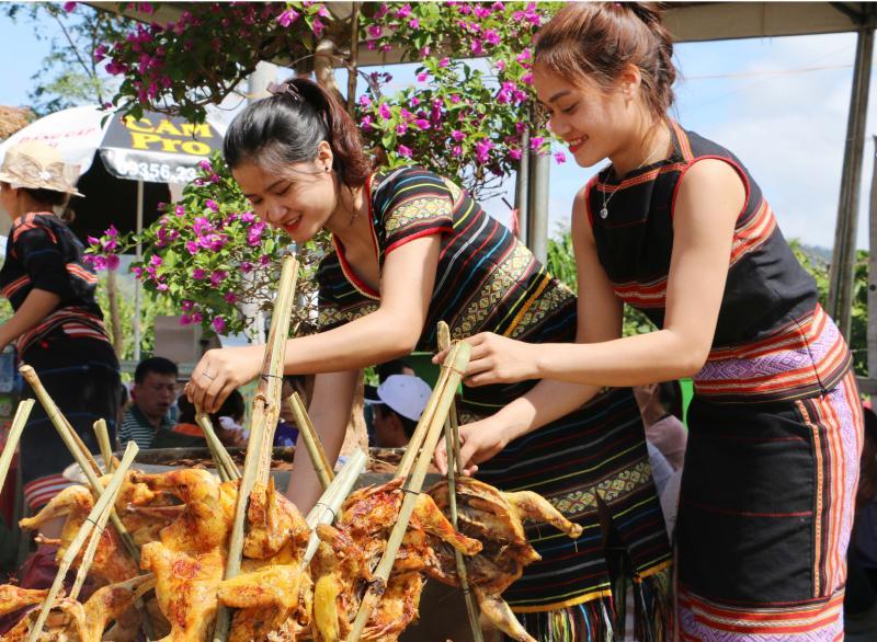 Làng Ia Gri vui mừng được mang bản sắc văn hóa dân tộc mình đến với du khách gần xa. Ảnh: Trần Dung