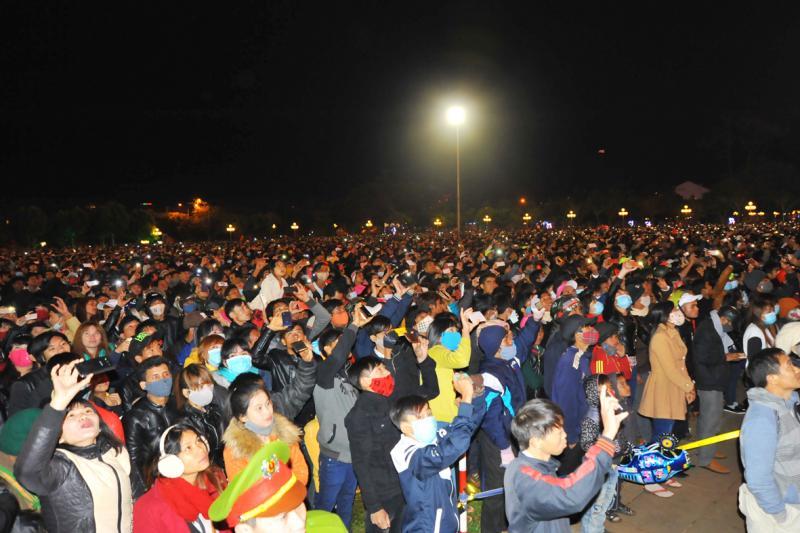 Hàng ngàn người dân đón chờ màn bắn pháo hoa dịp năm mới. Ảnh: QH