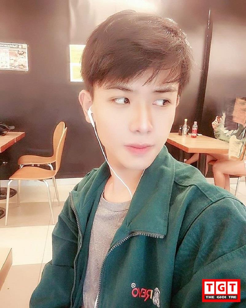 Huỳnh Anh Tiến sinh năm 1997 tại Gia Lai, có biệt danh là Anh Bo. Hiện tại anh chàng nàyđang là sinh viên trường Cao đẳng Văn hoá Nghệ thuật năm 2 tại TP Hồ Chí Minh. 9x nàylà gương mặt khá quen thuộc của các trang mạng dành cho giới trẻ.