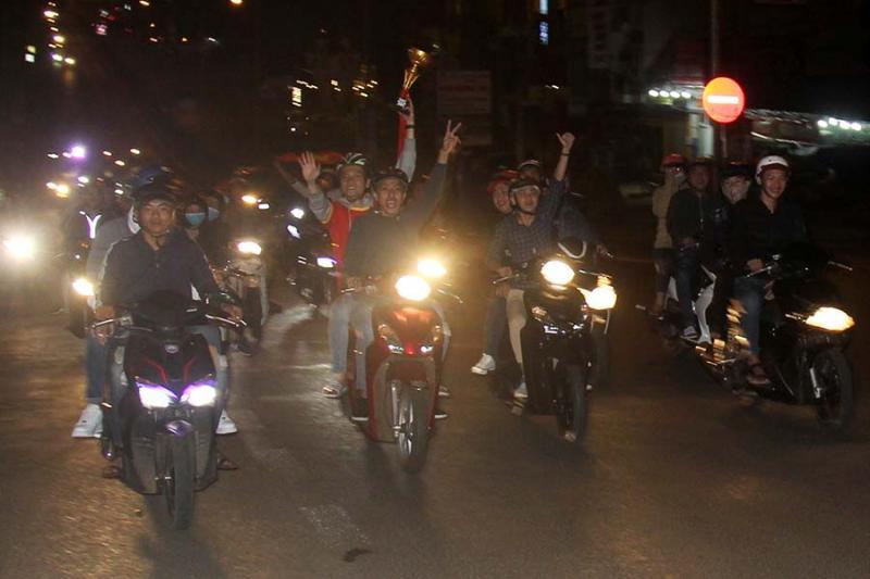 Hàng trăm người dân tại TP. Pleiku đã đổ ra đường ăn mừng sau chiến thắng của U23 Việt Nam. Ảnh: Văn Ngọc