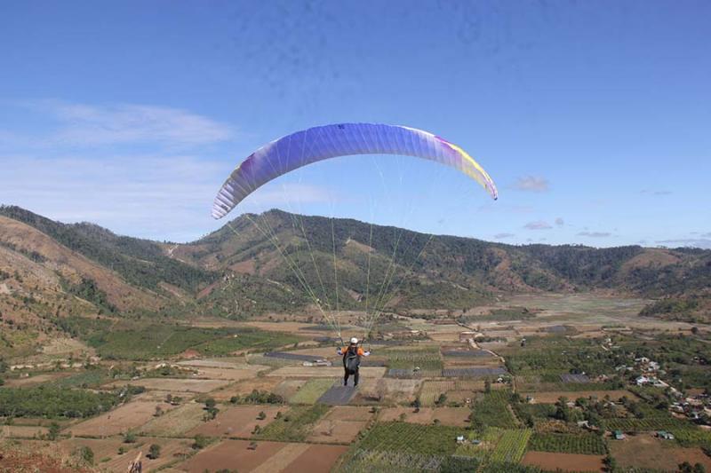 Các phi công đón gió từ chân núi hất lên rồi cất cánh.