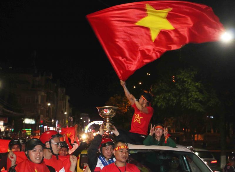Người dân phố núi Gia Lai dương cao cờ ăn mừng chiến thắng của đội tuyển U23 Việt Nam