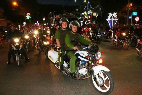 Lực lượng chức năng dẫn đầu đoàn xe máy, ngăn vượt ẩu