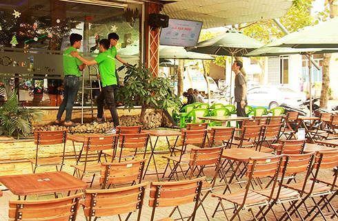 Những quán cà phê đường phố chuẩn bị màn hình rộng, bàn ghế đón khách xem bóng đá