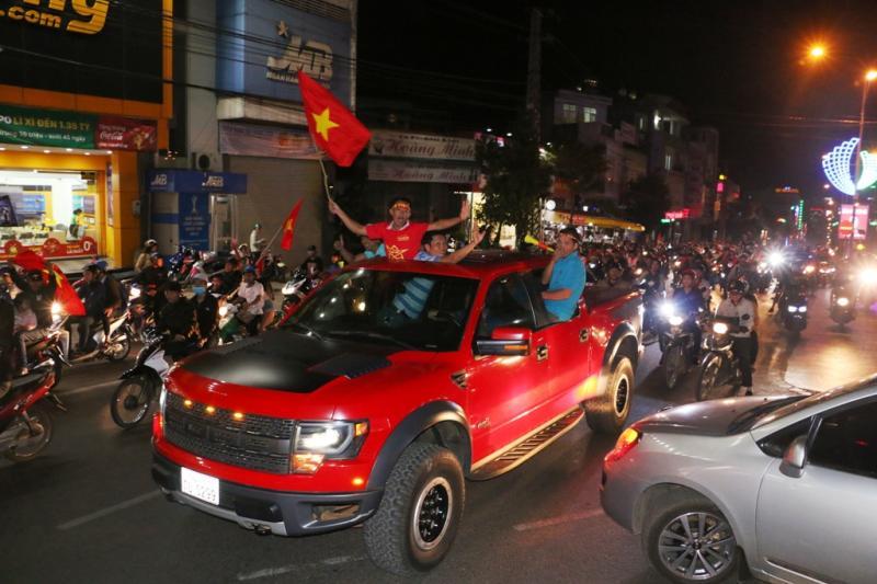 Hàng ngàn người dân Phố núi tràn ra đường ăn mừng chiến tích của Đội tuyển U23 Việt Nam. Ảnh: Q.T