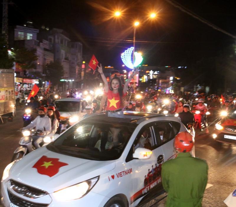 Lực lượng chức năng lại có một đêm làm việc vất vả để điều tiết giao thông và đảm bảo trật tự. Ảnh: Q.T