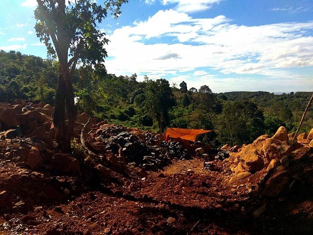Hiện trường vụ khai thác đá trái phép.