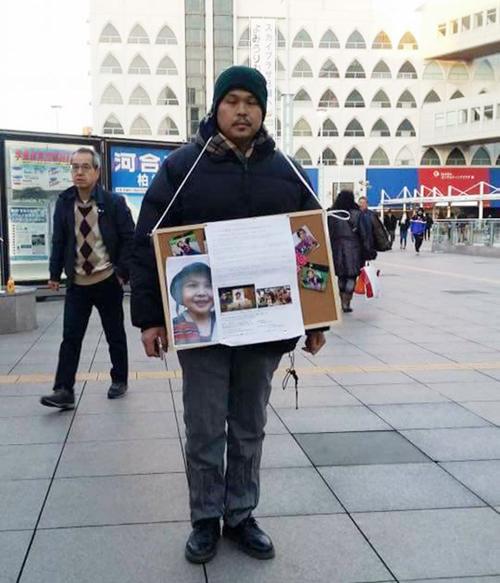 Anh Lê Anh Hào đứng hàng giờ trong tiết trời giá lạnh để vận động chữ ký cho vụ xét xử kẻ làm hạicon gái.